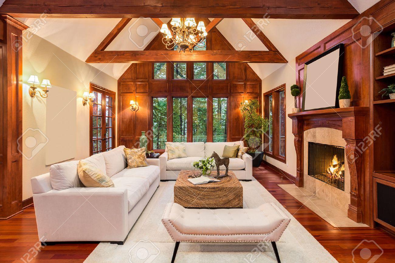 hermosa sala de estar interior con pisos de madera y chimenea en casa de lujo