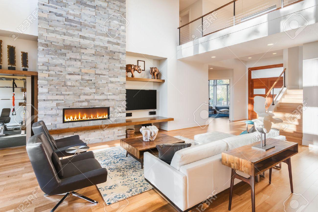 Schones Wohnzimmer Mit Holzfussboden Und Kamin Im Neuen Luxus Haus Lizenzfreie Fotos Bilder Und Stock Fotografie Image 50833841