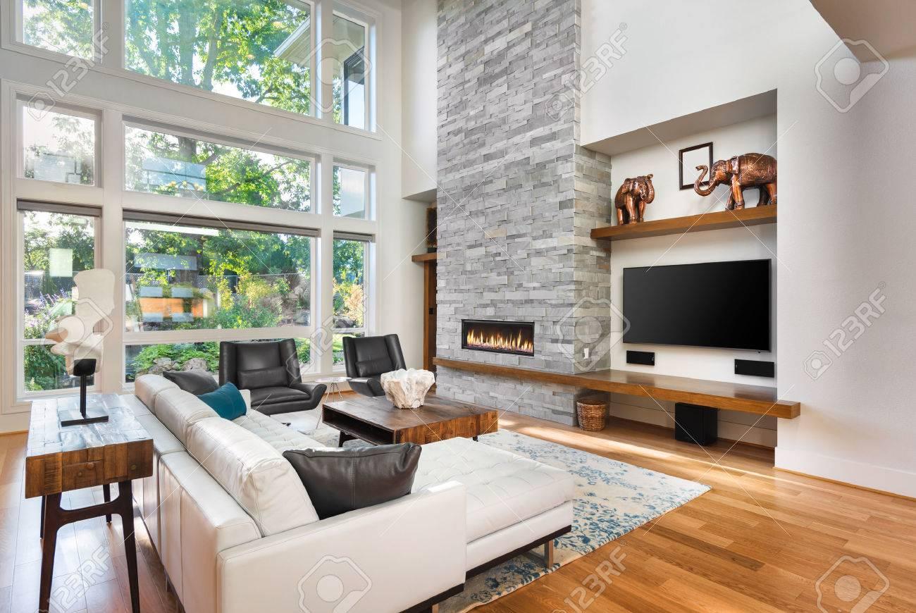 Schönes Wohnzimmer Mit Parkettboden Und Kamin Im Neuen Luxus Haus. Hat Sehr  Hoch Gewölbter