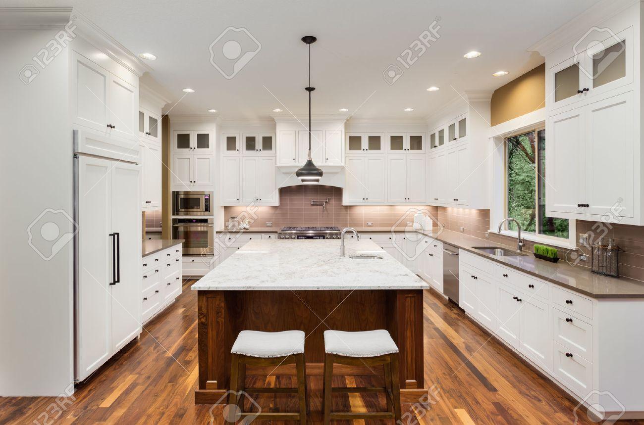 Große Küche Interieur Mit Insel, Wasch- Oder Spülbecken, Weiße ...