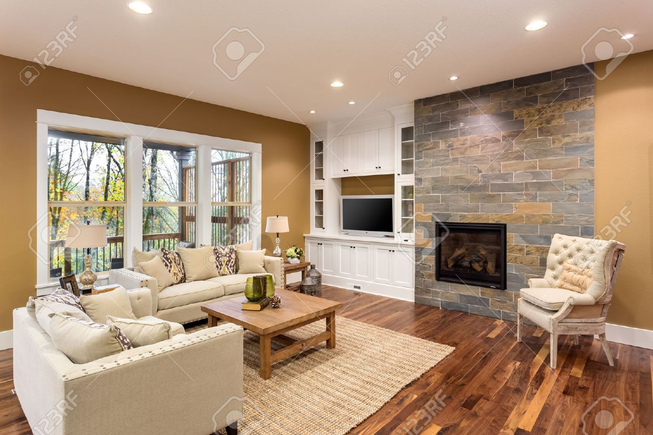 Elegant Schöne Wohnzimmer Interieur Mit Parkettboden Und Kamin In Neuen Luxus Haus  Standard Bild