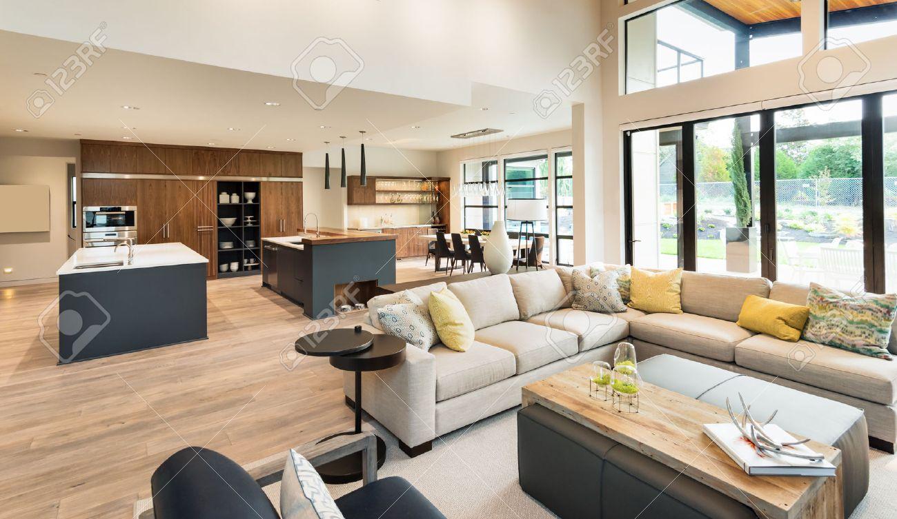 Schöne Wohnzimmer Interieur Im Neuen Luxus-Haus Mit Blick Auf ...