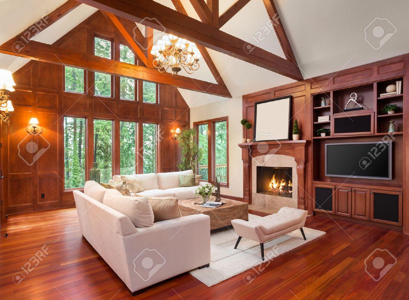 Schöne Wohnzimmer Interieur Mit Parkettboden Und Kamin In Neuen Luxus Haus.  Inklusive Einbauten Mit
