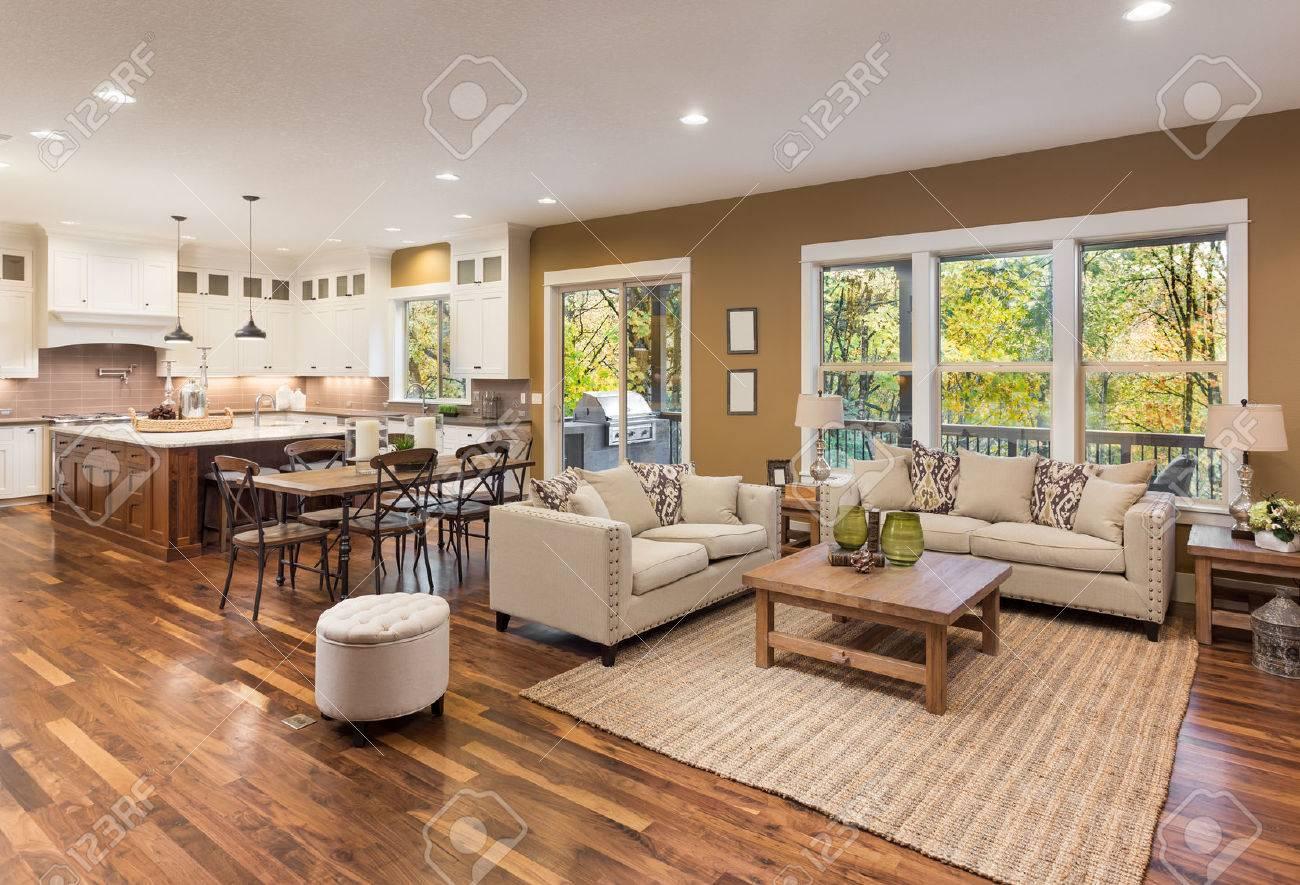 belle salon intérieur avec parquet et vue sur la cuisine dans la