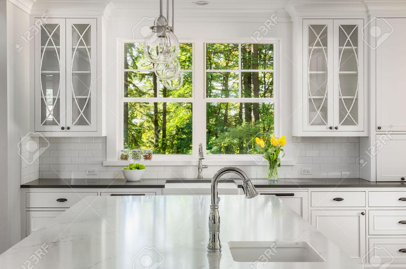 Küche In Der Neuen Heimat Mit Insel, Zwei Waschbecken, Fenster Blick ...