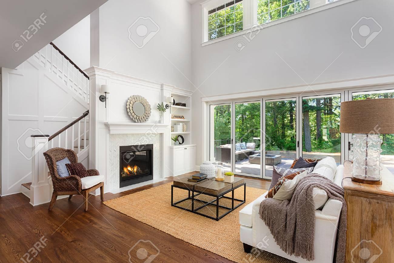 Schöne Wohnzimmer Interieur Mit Parkettboden Und Kamin In Neuen Luxus Haus  Standard Bild