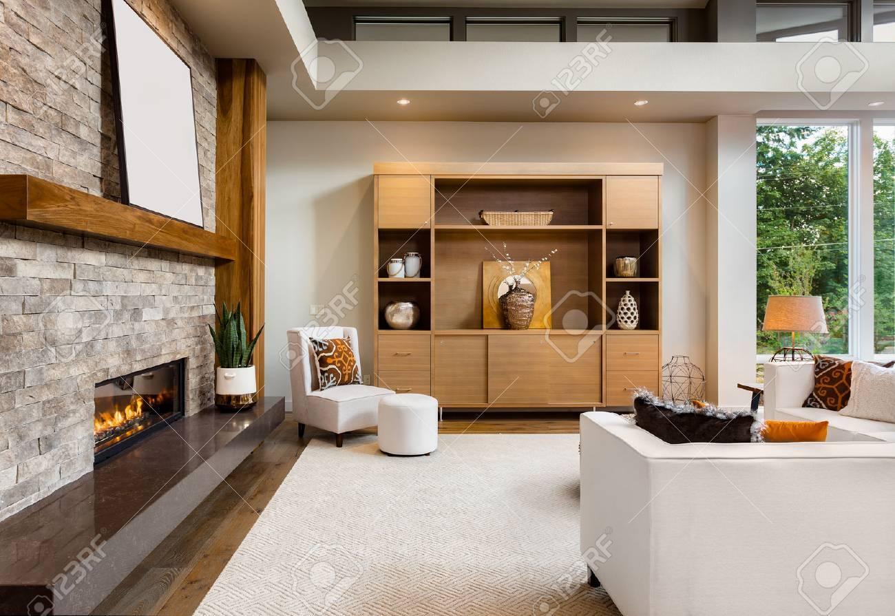 Lieblich Schöne Wohnzimmer Zwischen Mit Parkettboden Und Kamin In Neuen Luxus Haus  Standard Bild
