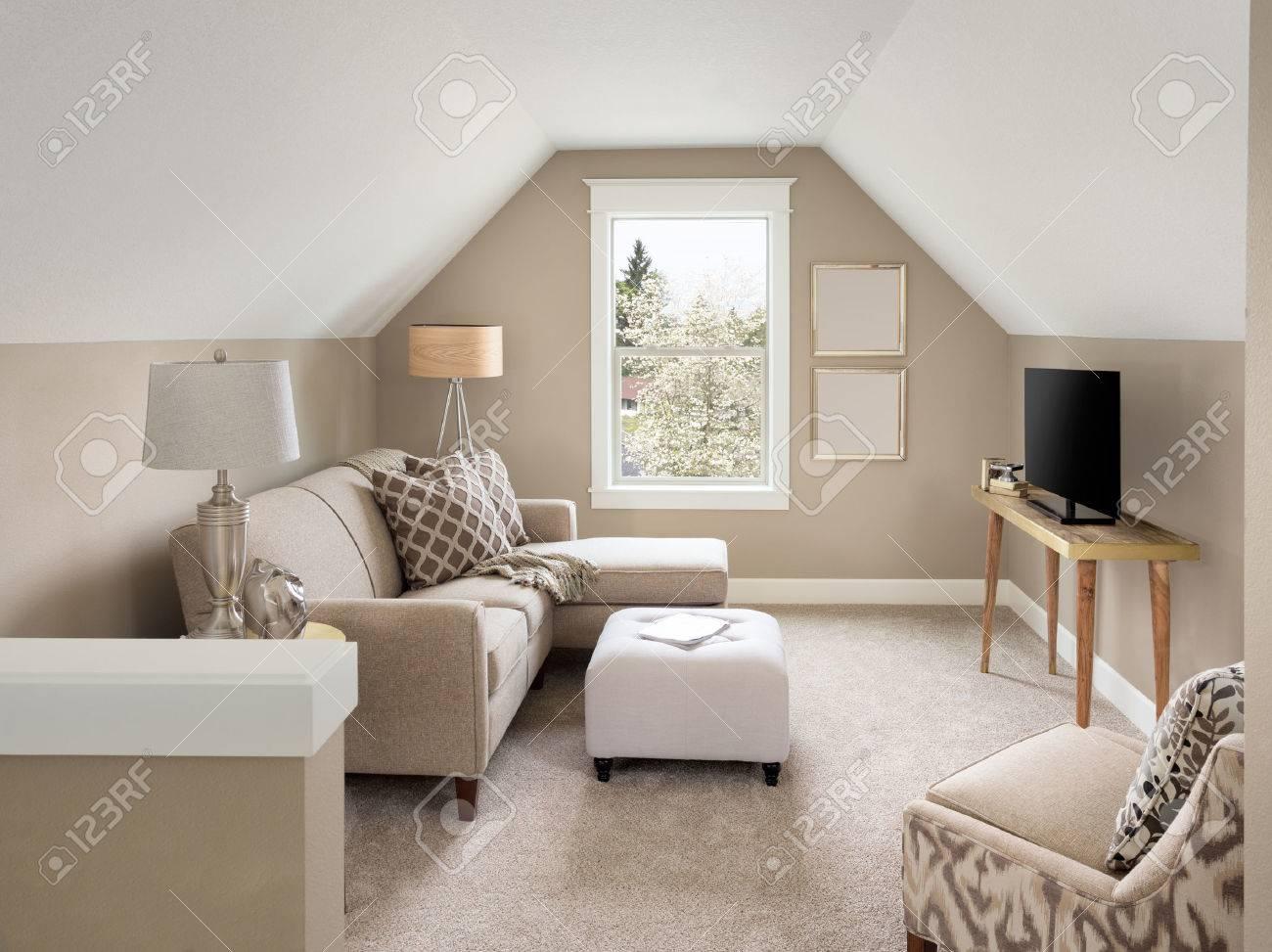 Schöne Kleine Wohnzimmer Innenraum Und Dachboden In Der Neuen Heimat ...