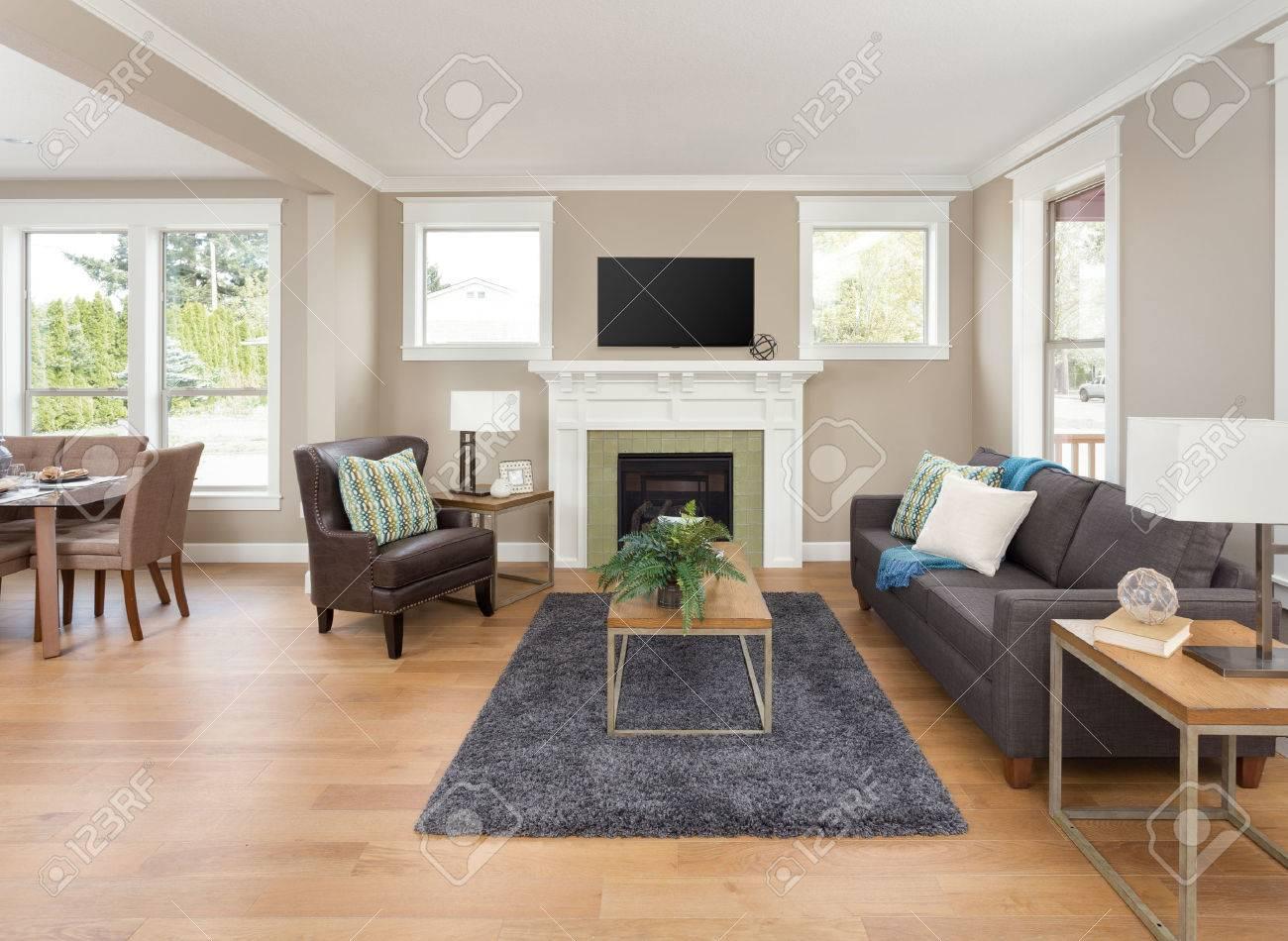Schöne Wohnzimmer Interieur Mit Parkettboden Und Kamin In Der Neuen ...