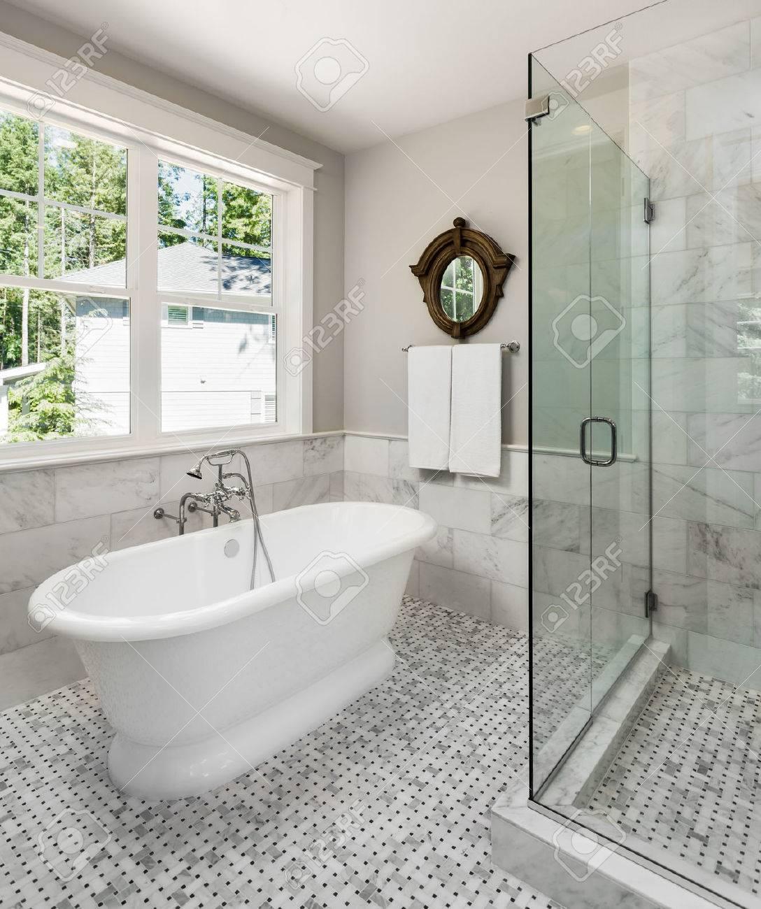 Badezimmer In Luxus-Haus Mit Badewanne Und Dusche. Dusche Hat ...