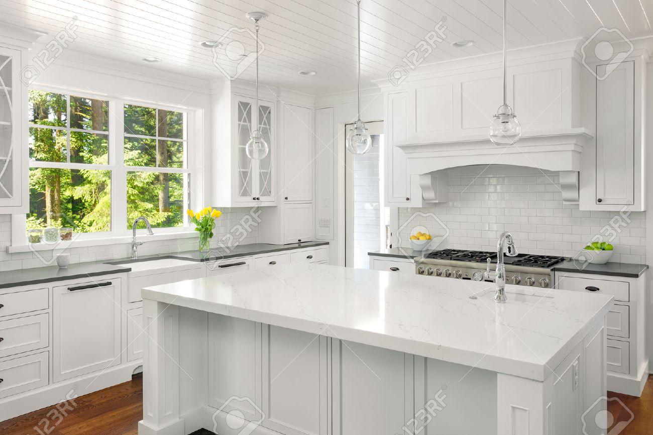 Cucina Bianca Con Isola.Bianco Cucina Inter Con Isola Lavello Armadi E Pavimenti In Legno In Nuova Casa Di Lusso