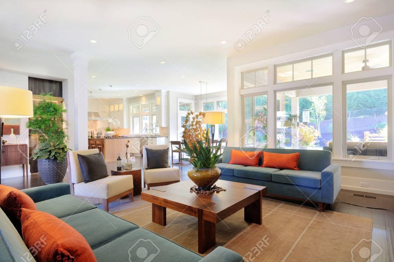 Schön Eingerichtetes Wohnzimmer In Neuen Luxus-Haus Mit Sofas, Große ...