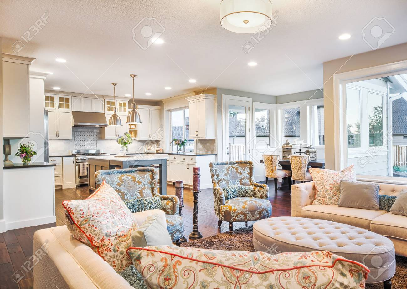 Eingerichtetes Wohnzimmer In Luxus-Haus Mit Blick Auf Küche ...