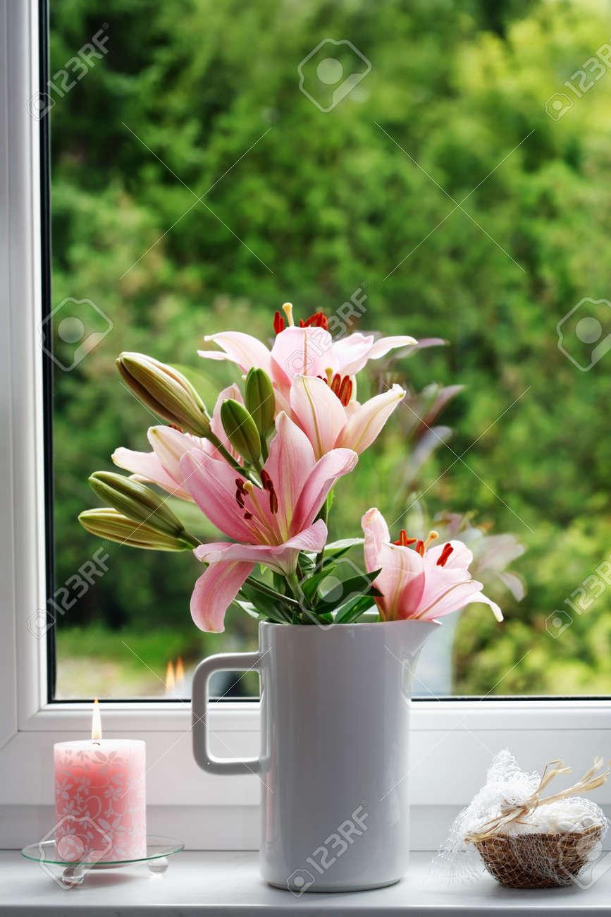 Schone Fenster Dekoration Mit Blumen Und Kerzen Lizenzfreie Fotos