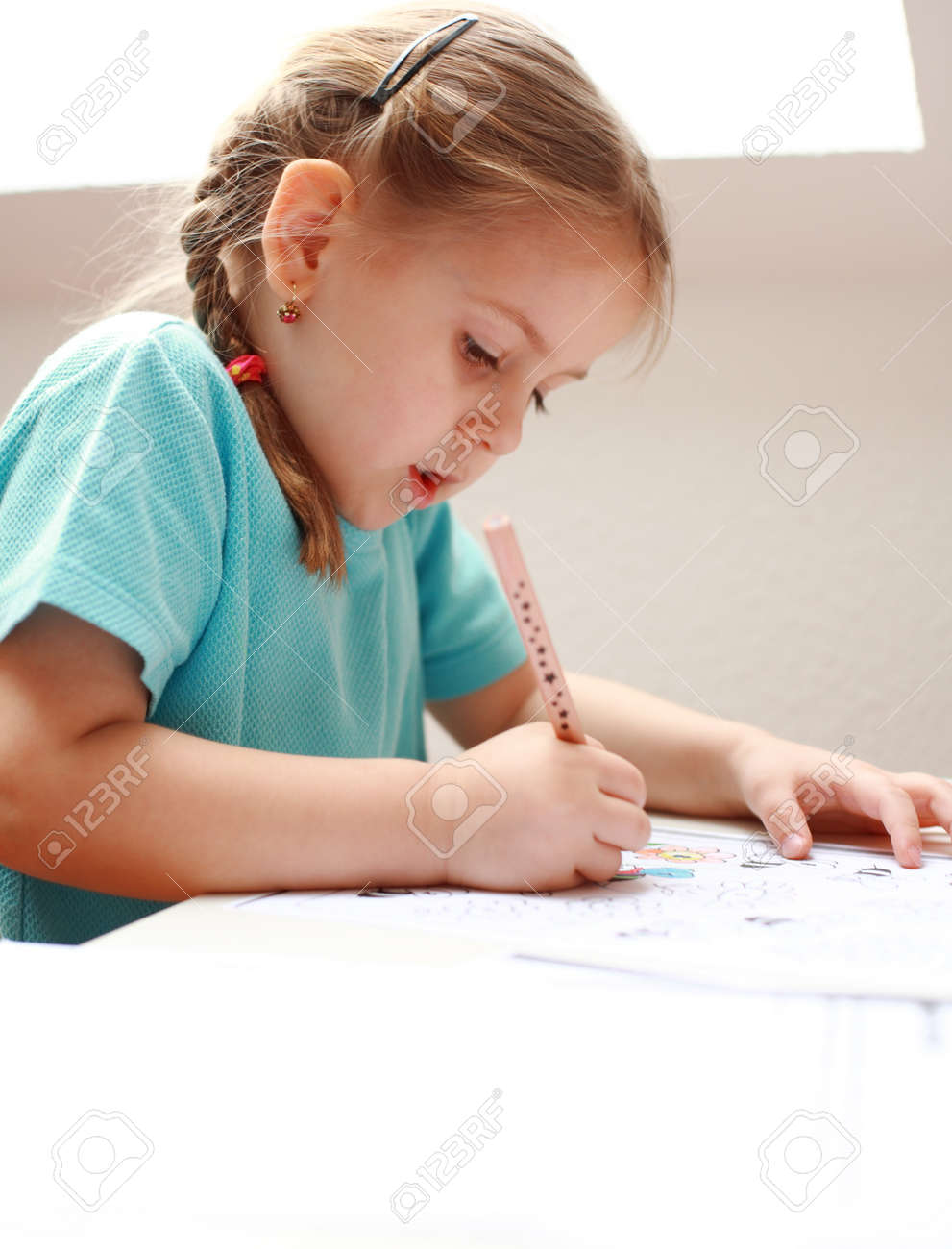 Cute niña pintura en su casa Foto de archivo - 4487932