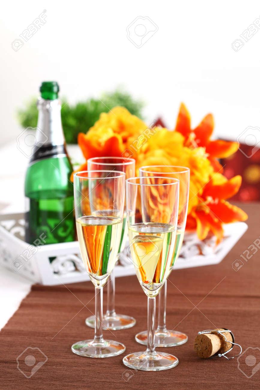Mazzo Di Fiori E Spumante.Immagini Stock Spumante Con Bouquet E Bottiglia Di Vino Image