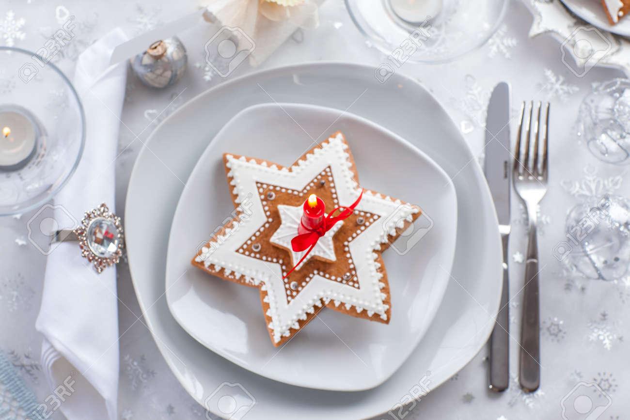 Platte Für Weihnachten Abend Mit Kleines Geschenk Und Lebkuchen ...
