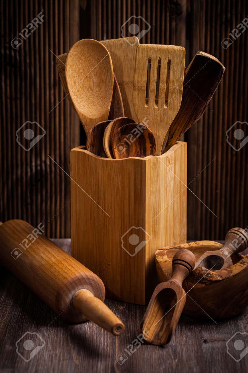 Hölzerne Küchenutensilien Auf Rustikalen Holztisch Lizenzfreie Fotos ...