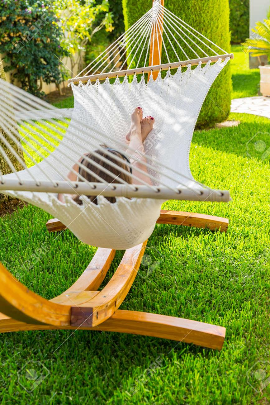 Mädchen Entspannen Und Musik Hören In Der Hängematte Im Garten