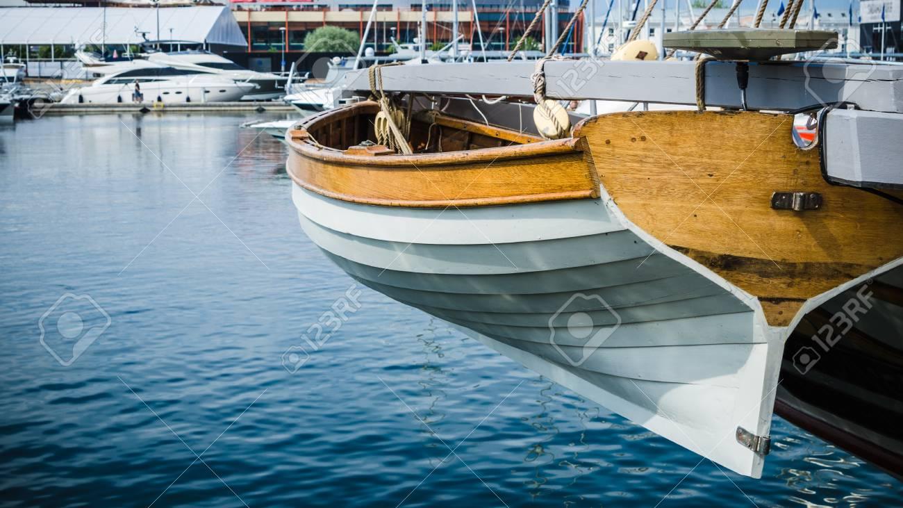 Bote salvavidas en la popa de un velero, un primer plano