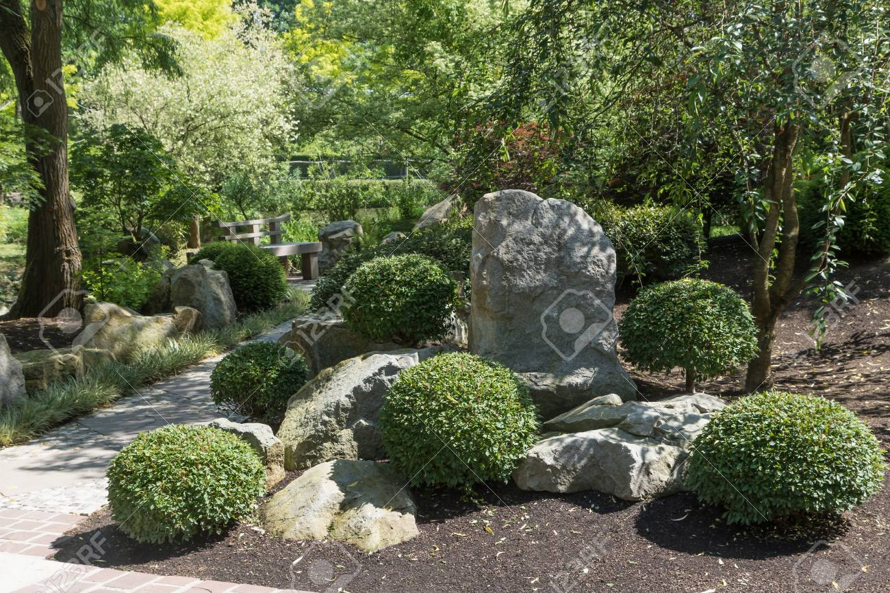 Gehweg In Der Japanischen Garten Mit Pflanzen, Bäumen Und Steinen ...