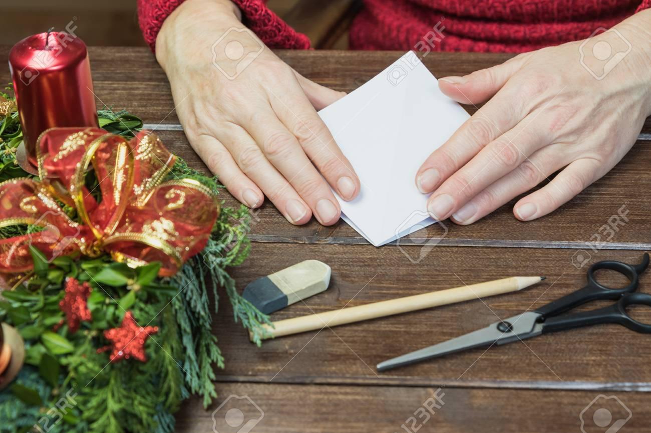Fait à la main les mains féminines plient l arbre de papier sur