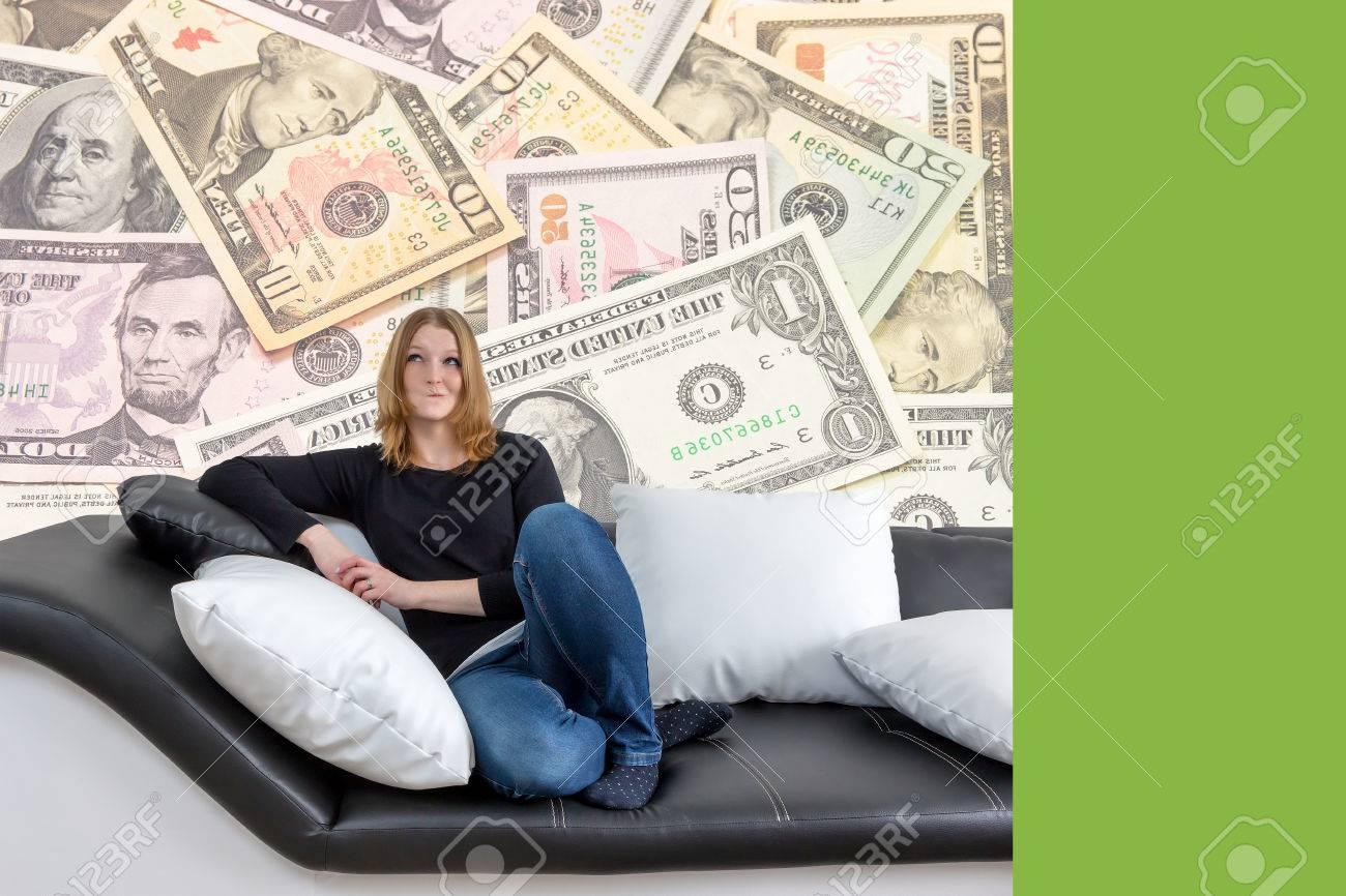 Divani Bianchi E Neri : Sorridendo lungo giovane donna dai capelli è seduto su un divano