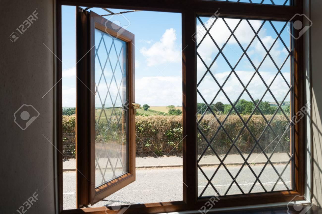 Blick aus dem fenster land  Land Blick Durch Halb Offene Fenster Im Viktorianischen Stil ...