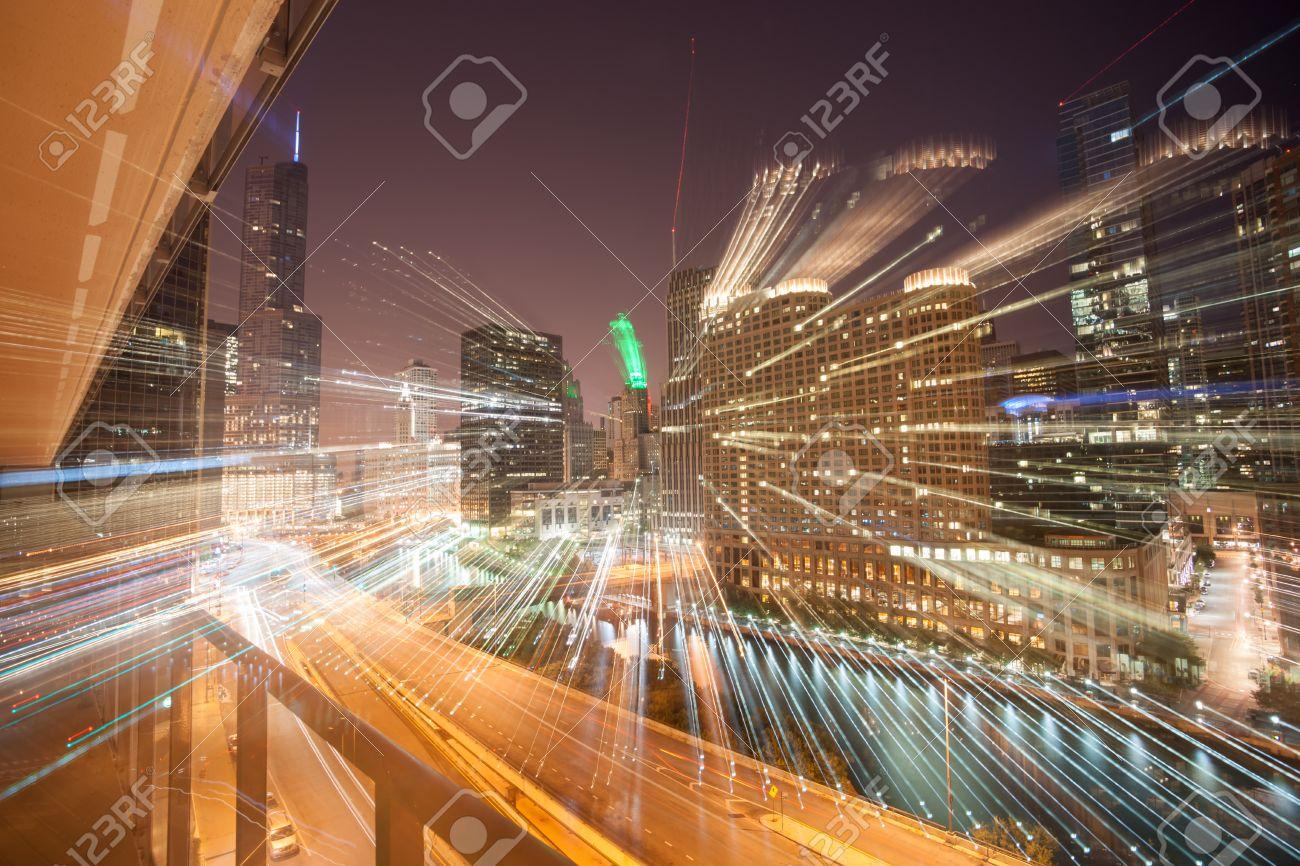 Flujos De Luz Zoom De Edificios De La Ciudad En La Noche Acentúan El ...