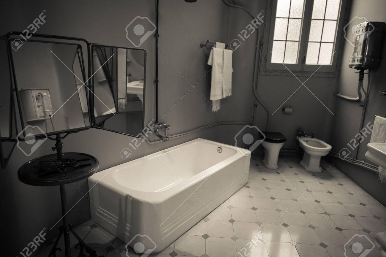 Vieille salle de bain dans l\'image monochrome graitty à l\'ancienne