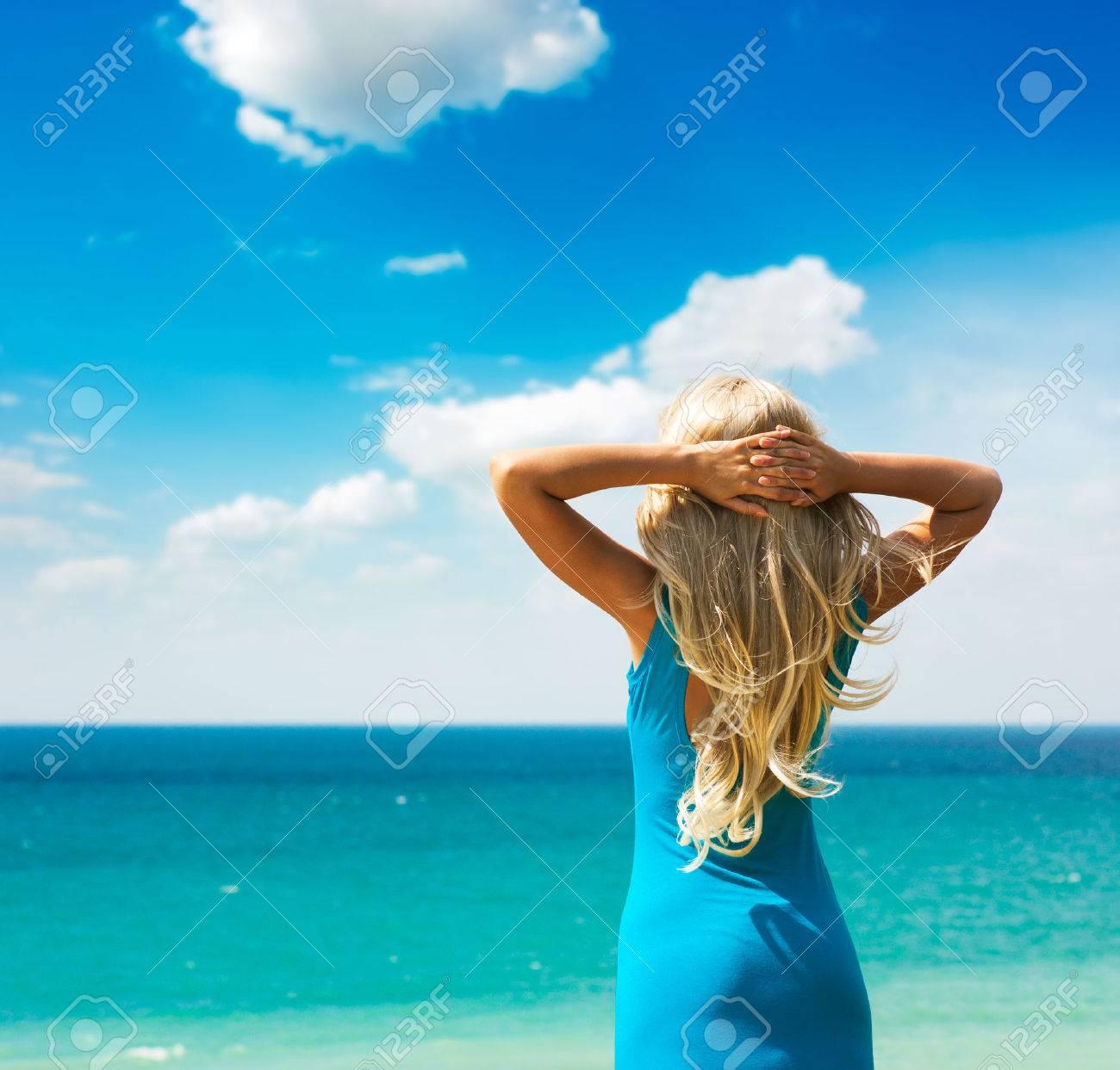 Фото блондинок сзади на море 4 фотография