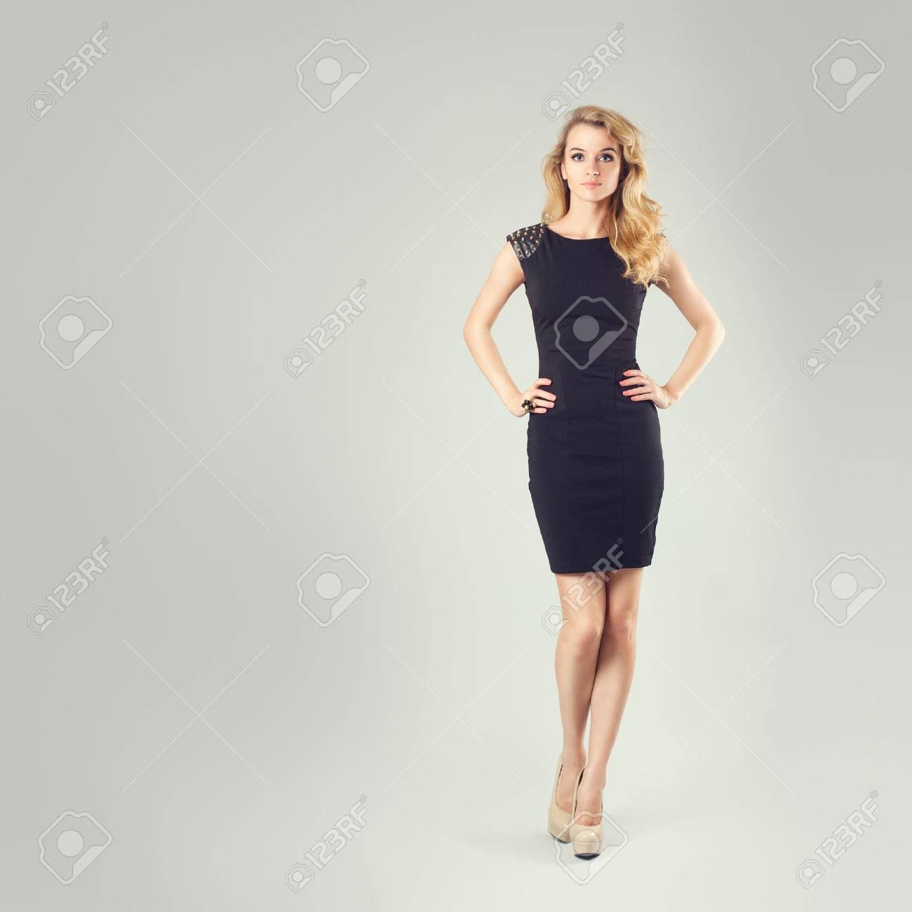 In Voller Länge Portrait Einer Sexy Blonde Frau In Kleine Schwarze ...