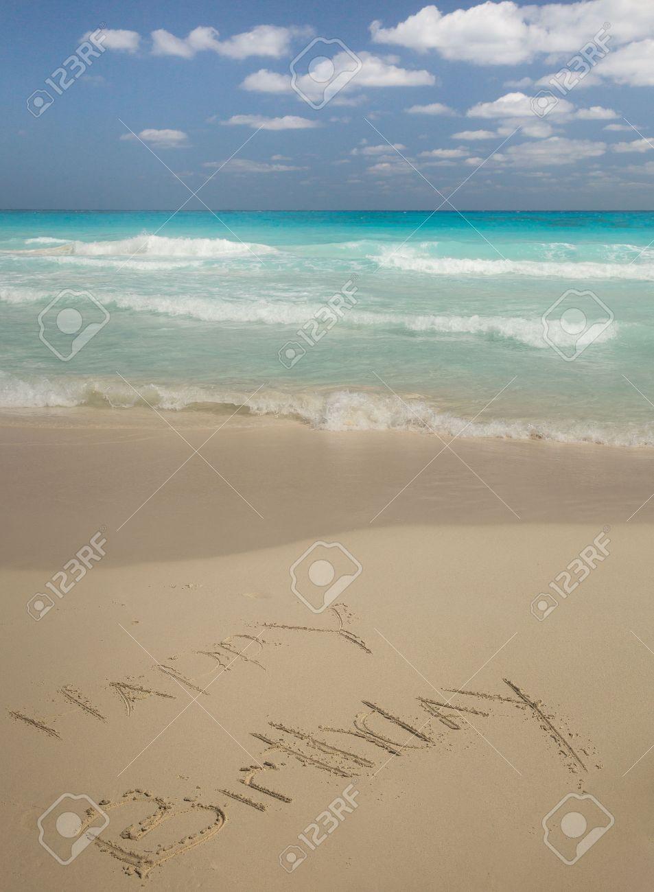 Joyeux Anniversaire écrite Dans Le Sable Par La Mer Turquoise Des Caraïbes Avec Des Cumulus