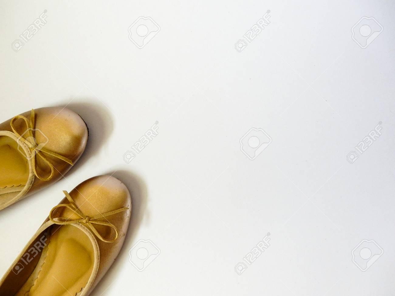 Gold Flache Schuhe Auf Weissem Hintergrund Lizenzfreie Fotos Bilder