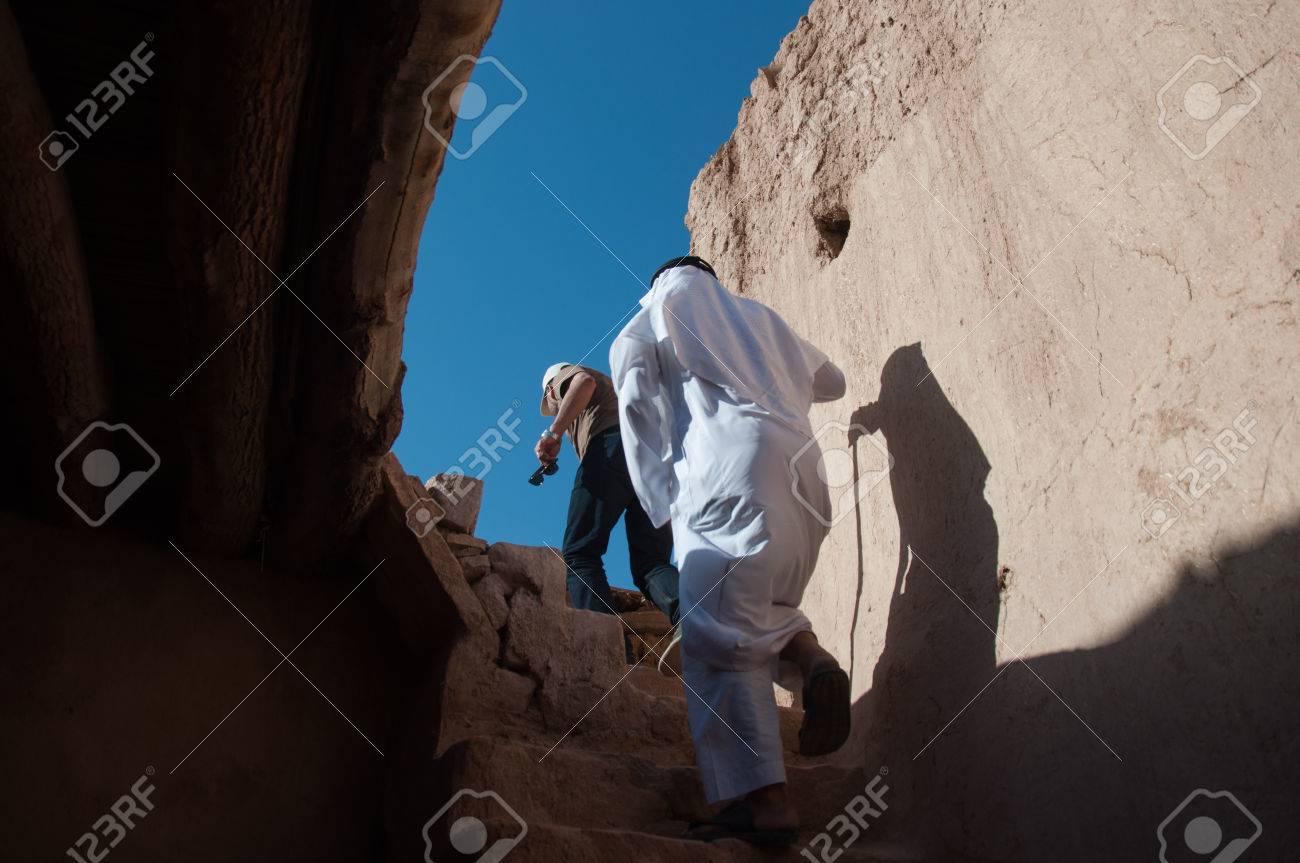 Saudische schaduw binnen oude huis in al ula saoedi arabië