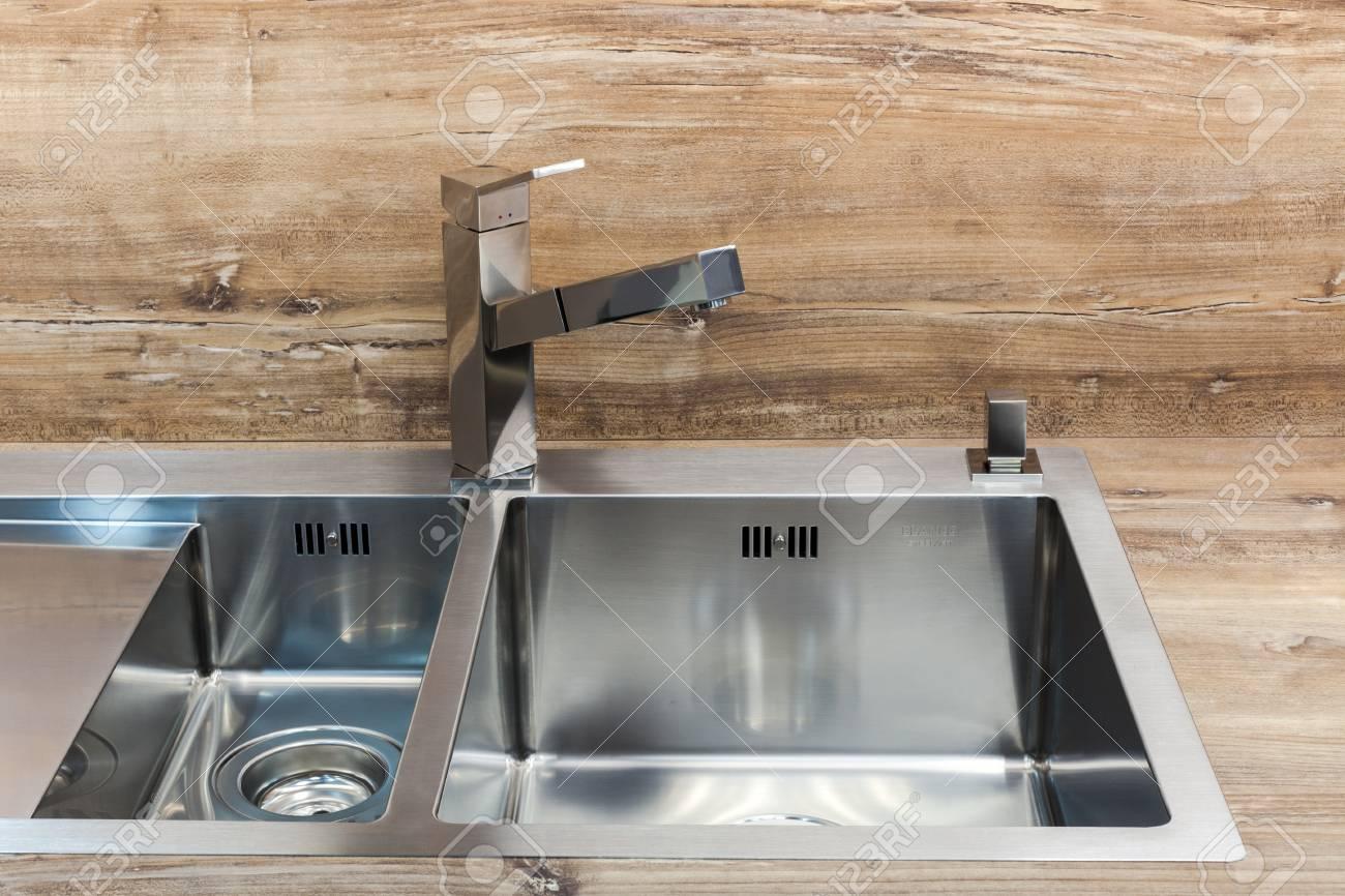 Grifo Moderno Del Agua Del Cromo Del Diseñador Sobre El Fregadero De ...
