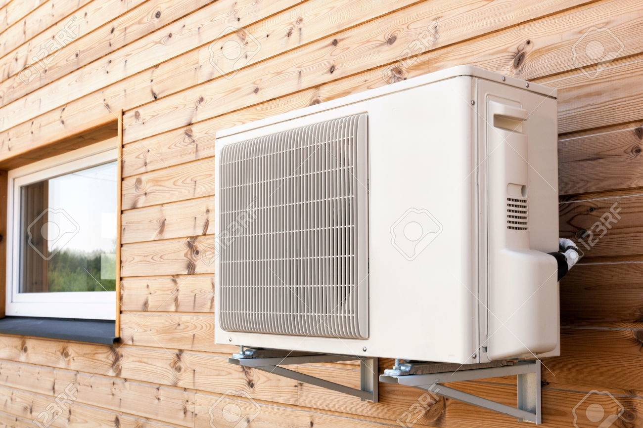 Pareti Di Legno Per Esterni : Unità di aria condizionata esterno su una parete di legno foto