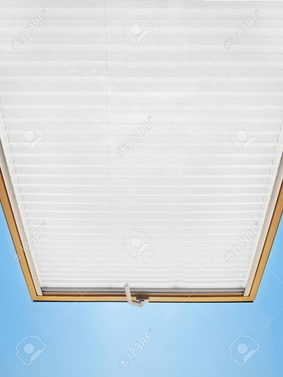 Banque Du0027images   Une Fenêtre Mansardée Ouverte Moderne Dans Une Chambre  Mansardée Contre Le Ciel Bleu