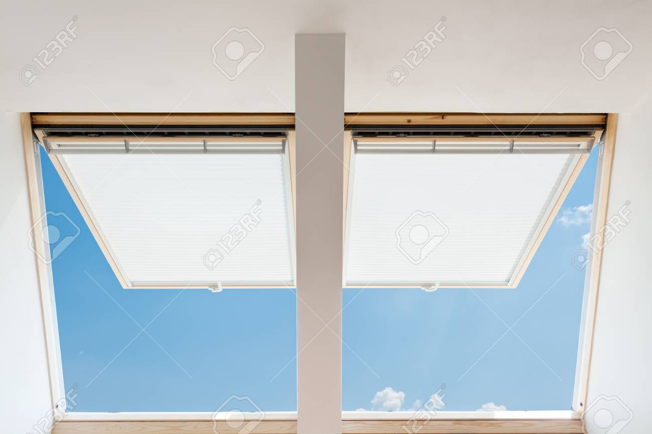 Banque Du0027images   Un Puits De Lumière Ouvert Moderne (fenêtres Mansardées)  Dans Une Chambre Mansardée Contre Le Ciel Bleu