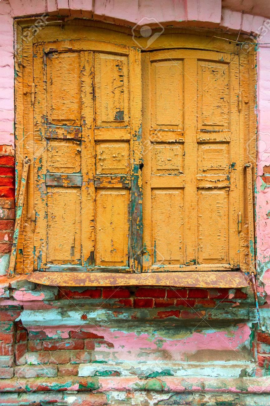 Ancien Store Pare Soleil à La Peinture Partiellement Volée De Couleur Jaune L Ouverture De La Fenêtre Est Légèrement Pliée Un Rebord De Fenêtre