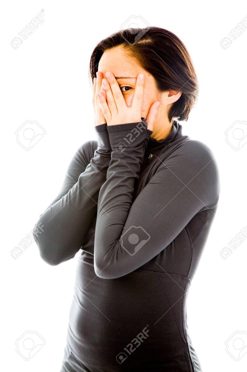若い女性の顔を覆う手を覗く ロ...