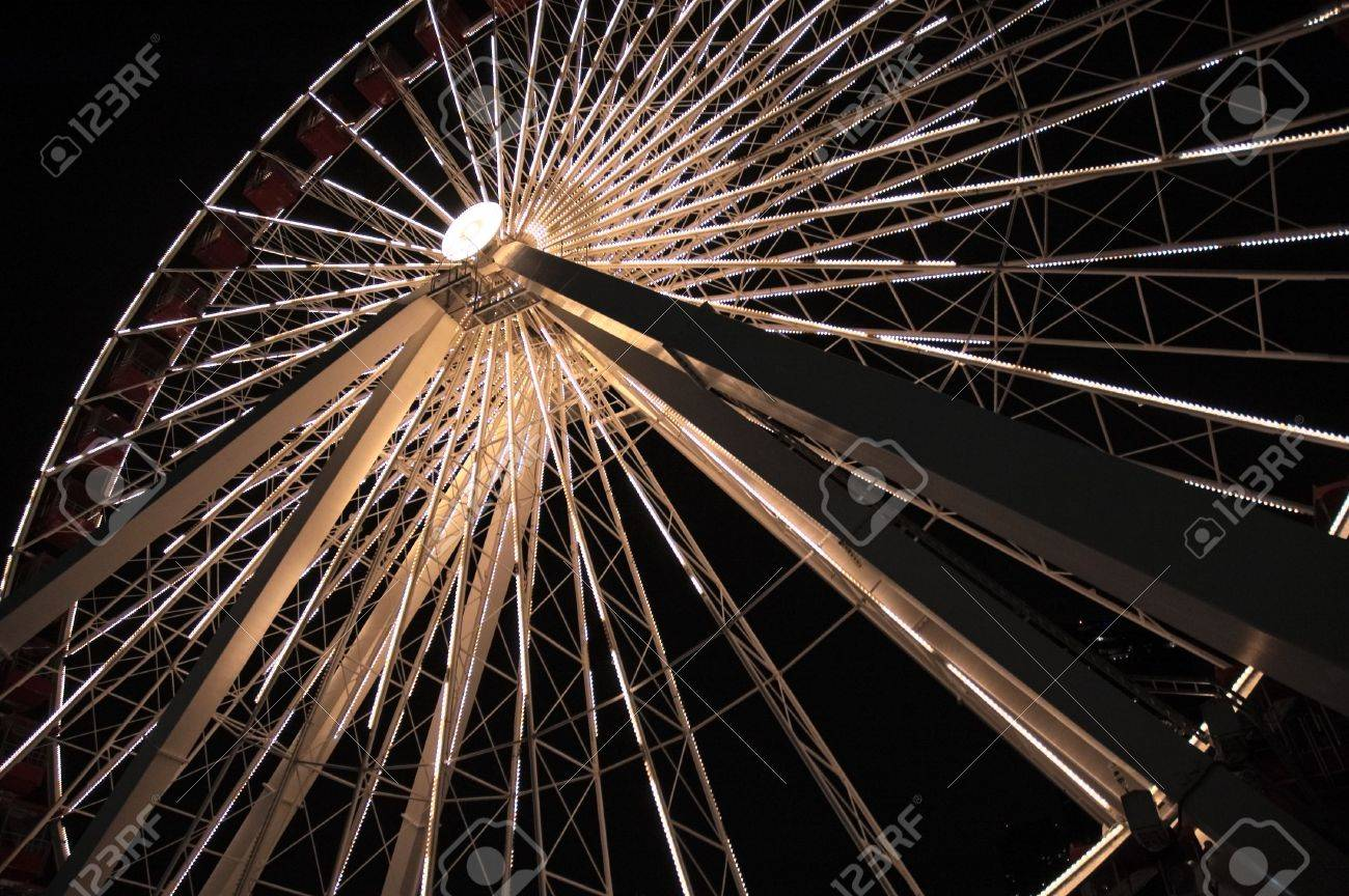 Lighted ferris wheel in the night Stock Photo - 6017163