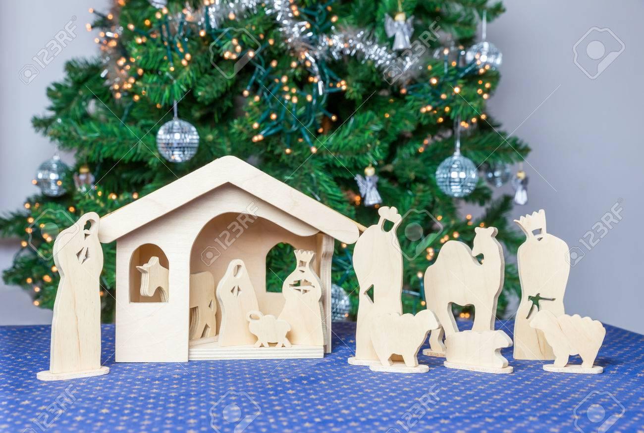 Hölzerne Weihnachten Stabil Mit Bibel-Figuren Und Baum Im ...