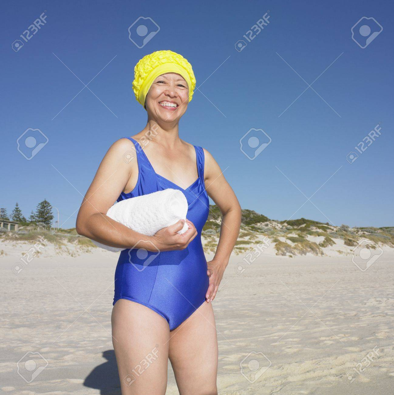 Asiatique Senior Maillot Souriante La Thsdqr Femme En À De Bain Plage cFJlK1