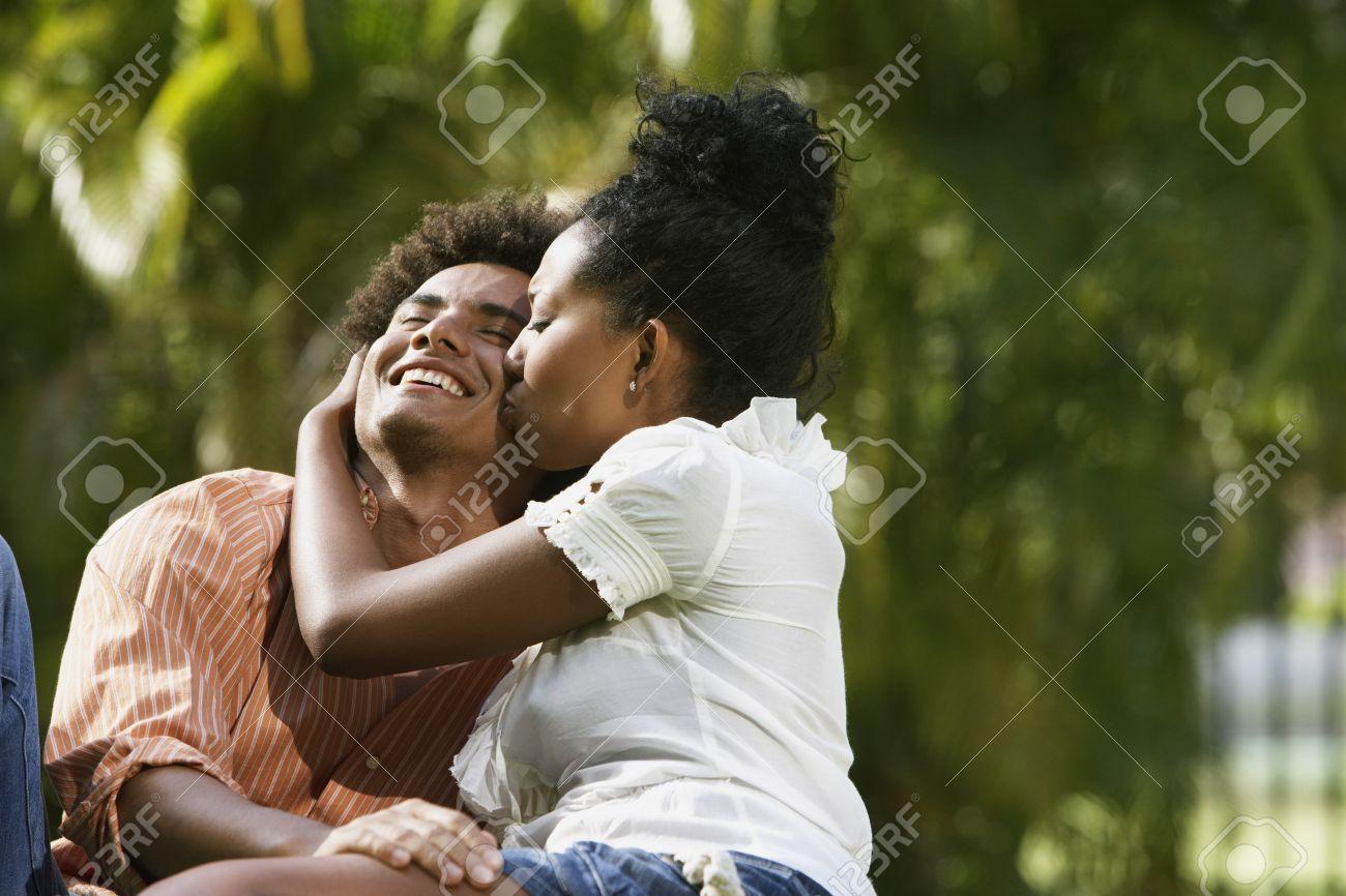 Couple Qui S Embrasse amérique du sud couple qui s'embrasse dans un parc banque d'images