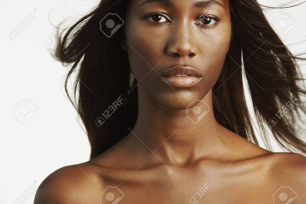 Femme Nue Africaine femme africaine avec les épaules nues et les cheveux soufflage