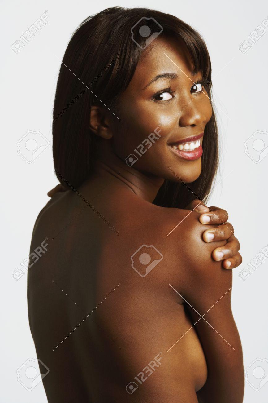 Femme Nue Africaine nu femme africaine souriant sur l'épaule banque d'images et photos