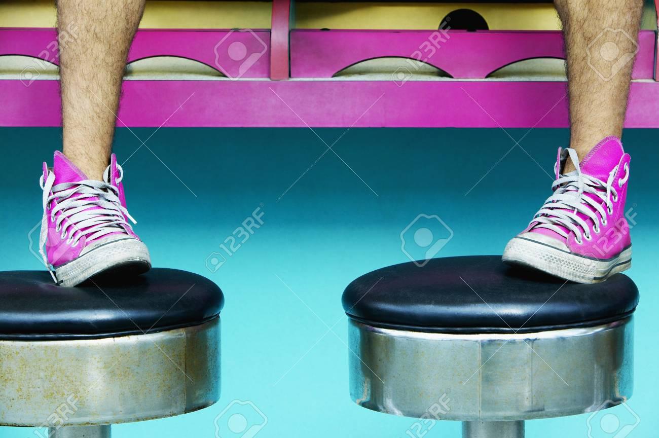 Primo piano dei piedi dell uomo in scarpe da ginnastica rosa su