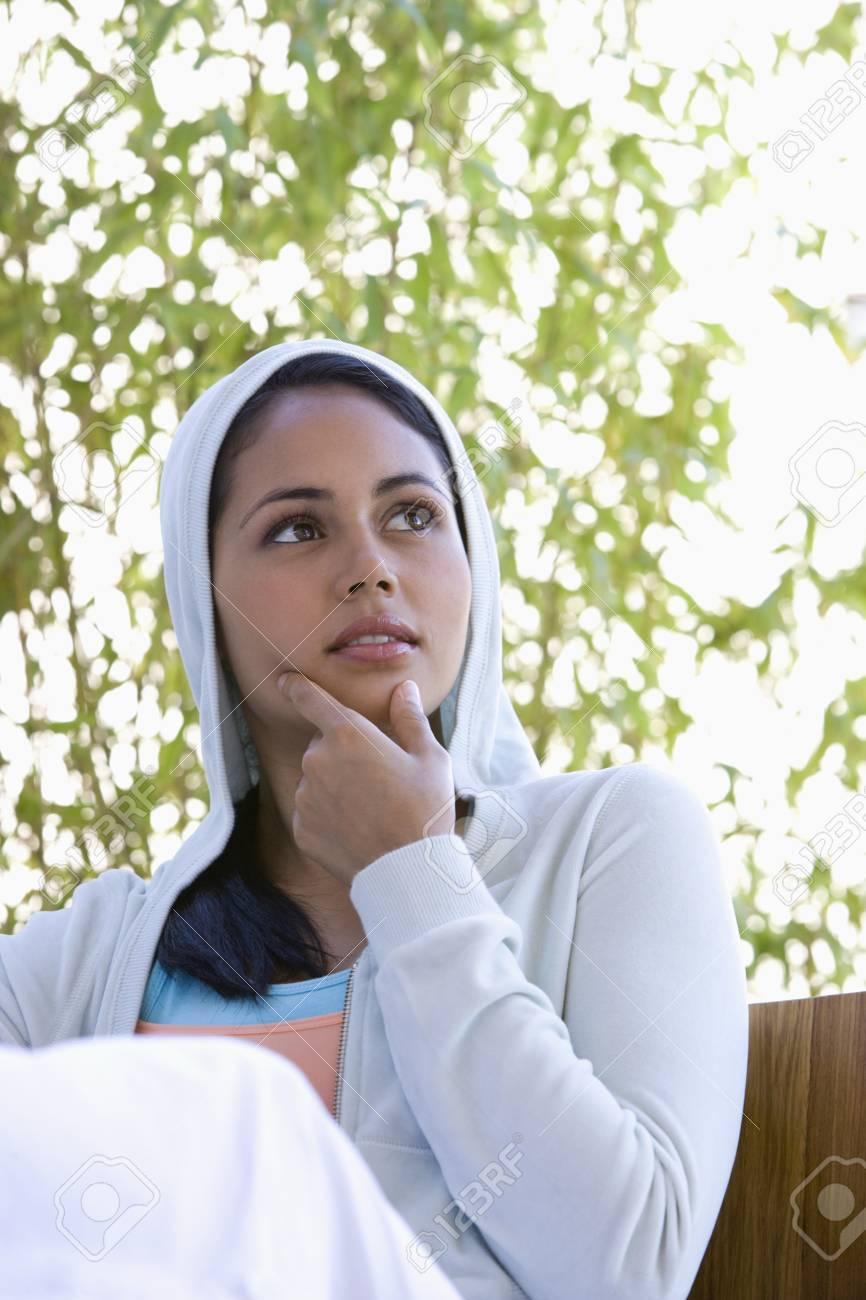 5e0e1afa2348 Banque d images - Jeune femme portant sweat à capuche