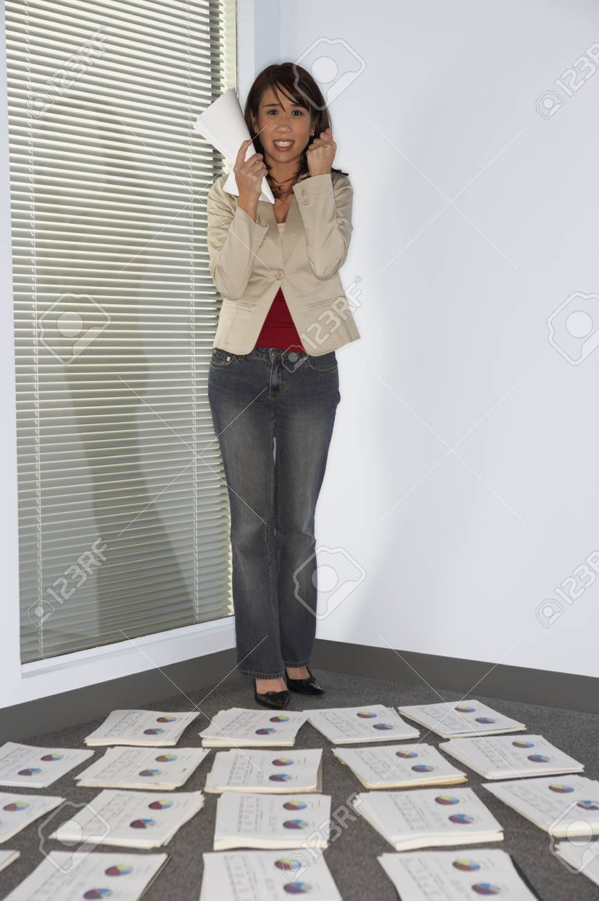 Frustrated businesswoman clenching fist - 107933908
